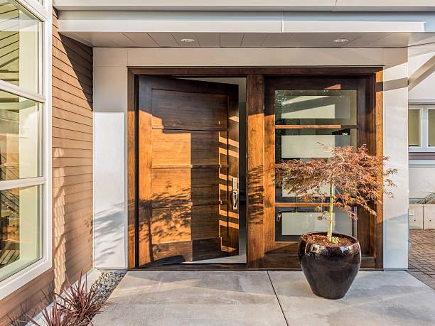 美しい出入り口を新しい豪華な - 玄関 ストックフォトと画像