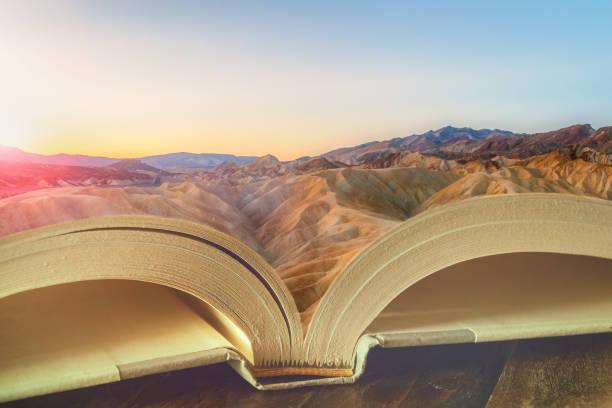 Schöne verträumte Landschaft bei Sonnenaufgang auf den Seiten eines offenen Buches. Lesen, Alphabetisierung, Imaginär, Bildung, Geschichte, Reisekonzepte. – Foto