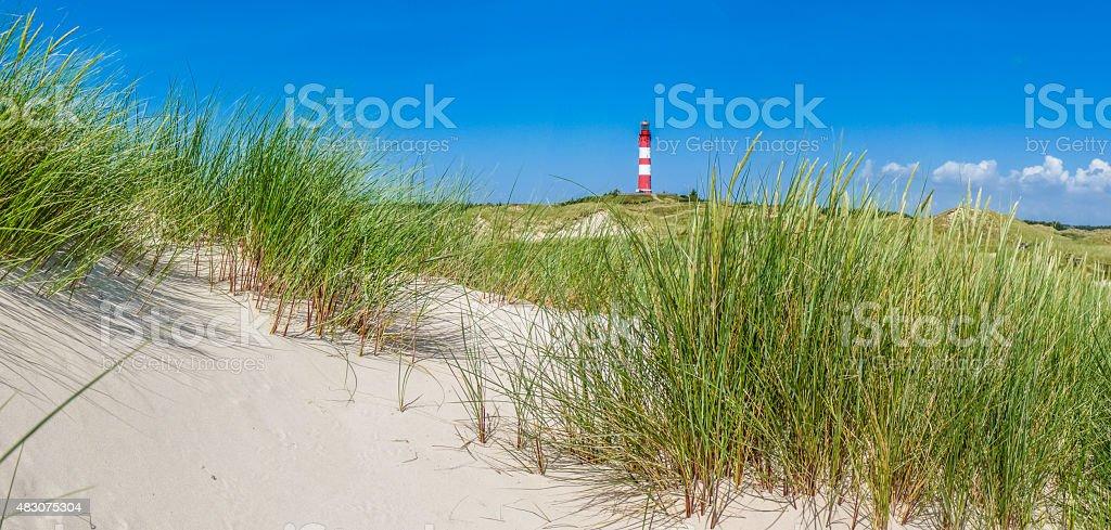 Wunderschöne dune Landschaft mit traditionellen Leuchtturm in der Nordsee – Foto