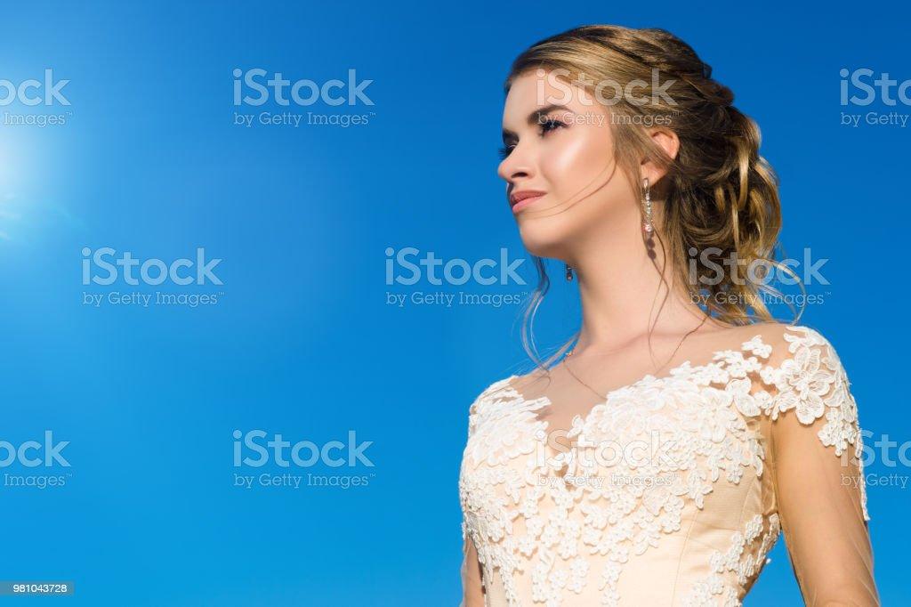 Vestido De La Muchacha De Bella Elegancia En Beige En El