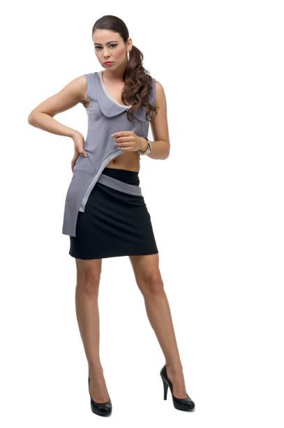 schöne eleganz frau trägt graues kleid und schwarzen rock - frisuren mit kurzen zöpfen stock-fotos und bilder
