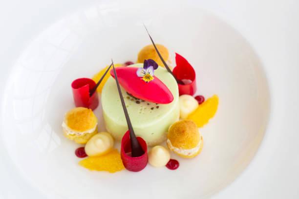 schöne elegante bunte dessert in einem teller - vegane hochzeitstorte stock-fotos und bilder