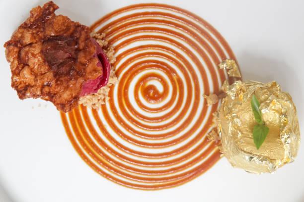 schönes elegantes dessert auf einem teller. exquisites gericht mit goldflocken, kreatives restaurant gebäck konzept, haute couture essen - vegane hochzeitstorte stock-fotos und bilder