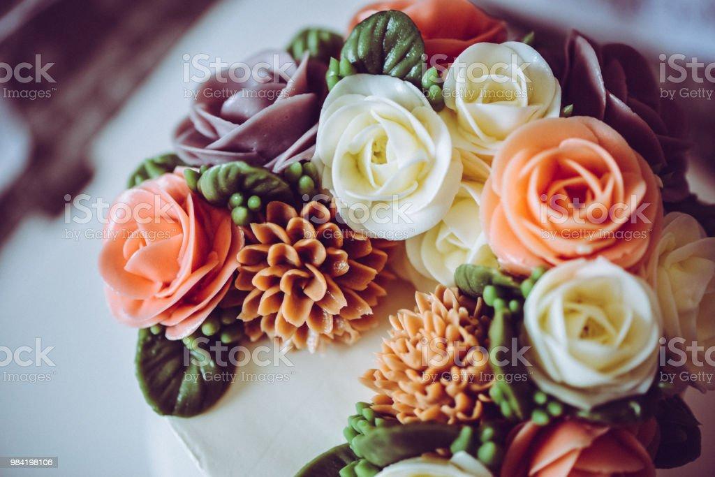 Peachy A Beautiful Elegant Flower Cake For Birthday Or Wedding Party In A Funny Birthday Cards Online Hetedamsfinfo