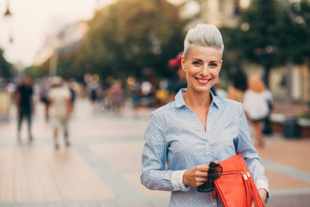 linda mulher envelhecida média elegante - moda profissional informal - fotografias e filmes do acervo