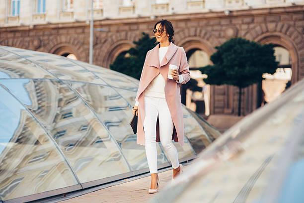 コーヒーを飲みながら美しいエレガントな女性 - 春のファッション ストックフォトと画像
