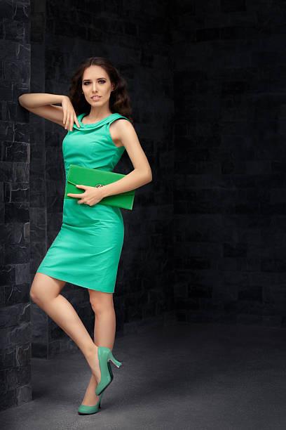 schöne elegante frau hält ihr purse - enge kleider stock-fotos und bilder