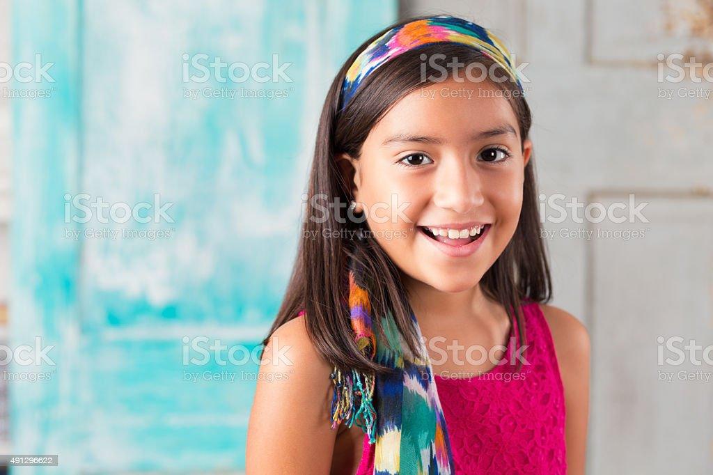 Schönes Kind im Grundschulalter hispanischen Mädchen mit bunten Schal – Foto