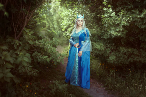schöne elfenfrau stehend in den märchenwald. - elfenkostüm damen stock-fotos und bilder