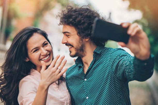 schöne bauverwaltung paar machen selfie - verlobung stock-fotos und bilder