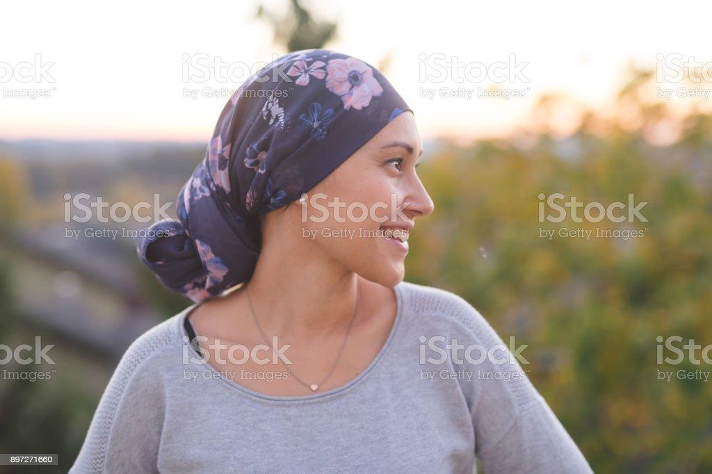 Hermosa mujer étnica con sonrisas de cáncer - foto de stock
