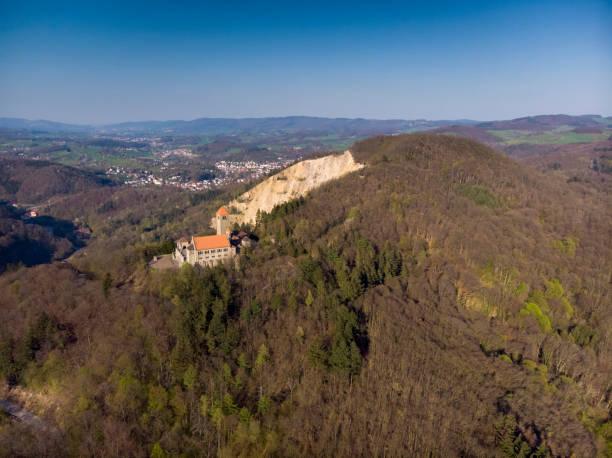 Schöner Abendflug über Schloss Wachenburg. Die Heimat der deutschen Studentengesellschaften auf dem Wachenberg über der Stadt Weinheim. Deutschland. – Foto