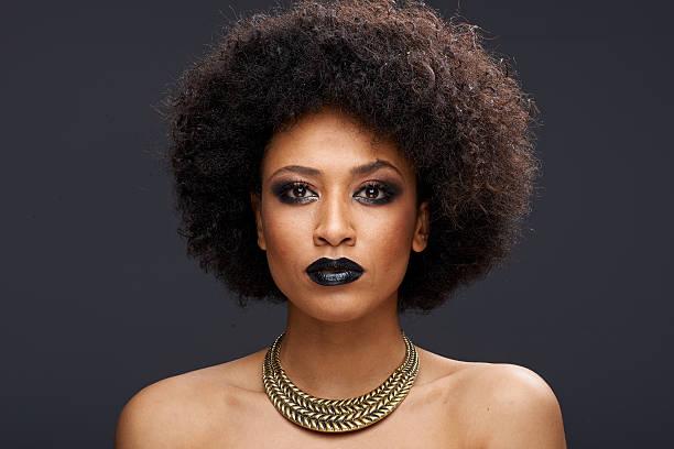 schönen exotischen afroamerikanische frau - haarschnitt rundes gesicht stock-fotos und bilder