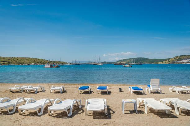터키 보드 럼에 있는 갑판의 자와 아름 다운 이국적인 해변 - 굼베 뉴스 사진 이미지