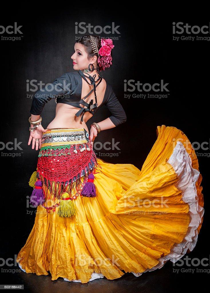 Schöne exotische Bauchtänzerin Frau Bauch tribal – Foto