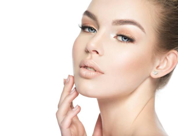 Schönes Gesicht einer jungen weißen Frau – Foto
