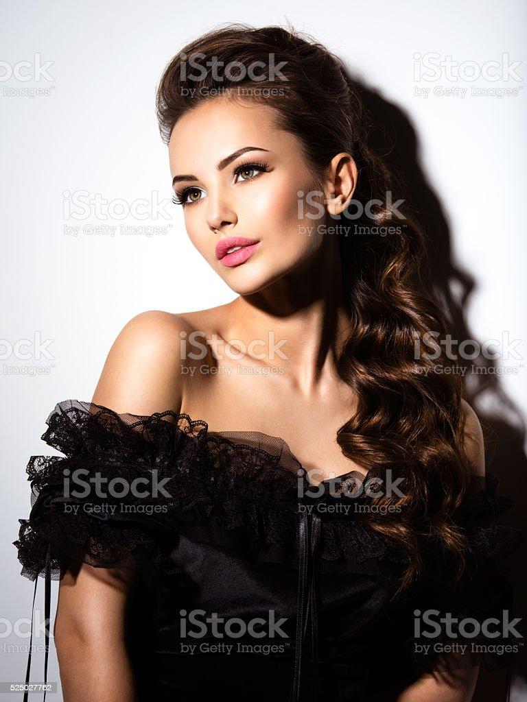 2ecfe3d92eac Bellissimo volto di una giovane ragazza in abito nero sexy foto stock  royalty-free
