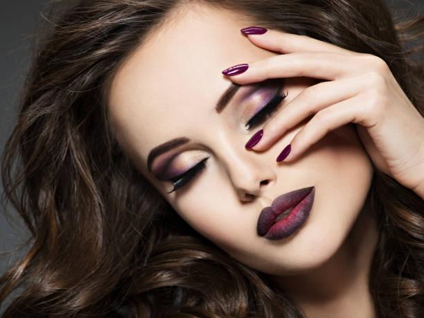 Schönes Gesicht der Frau mit kastanienbraunen Make-up und Nägel – Foto