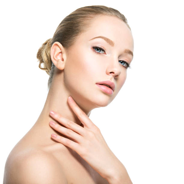 Schönes Gesicht der jungen Frau mit vollkommener Gesundheit Haut – Foto