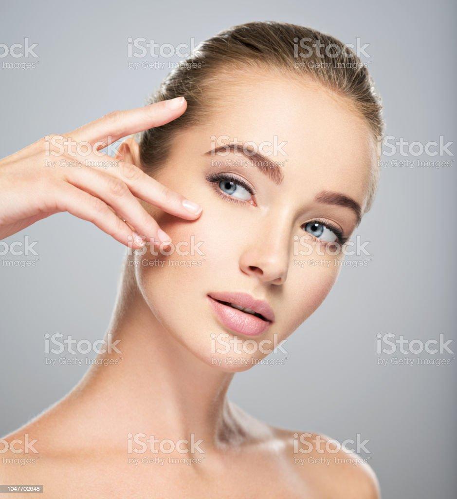 Schönes Gesicht der jungen Frau mit perfekten Haut – Foto