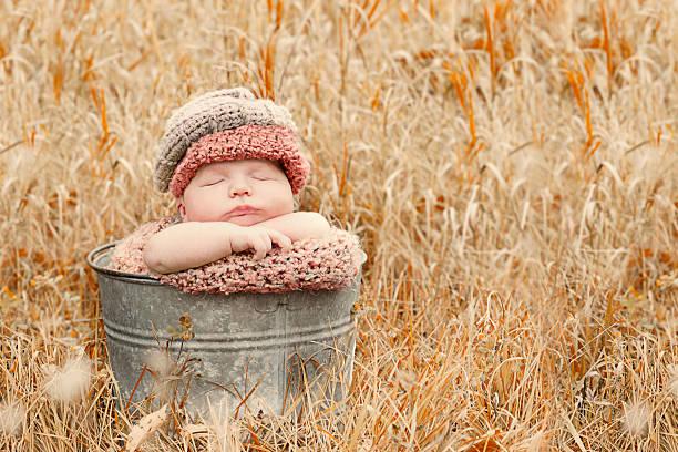 schöne herbst baby - jungendecken häkeln stock-fotos und bilder