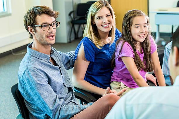 美しい家族との教師 - 学校カウンセラー ストックフォトと画像