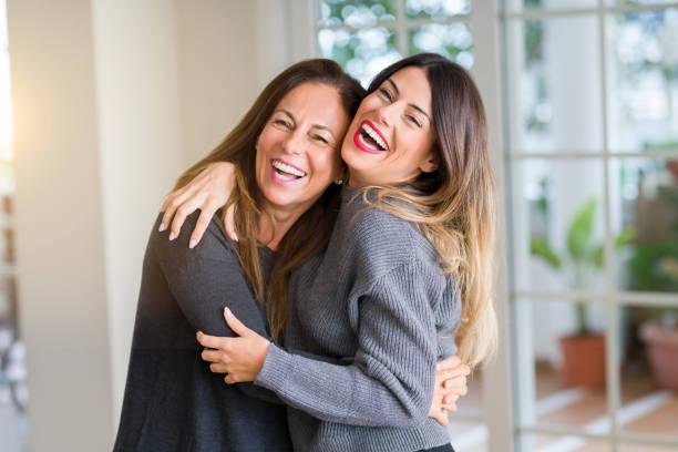 hermosa familia de madre e hija juntos, abrazando y besándose en casa - hija fotografías e imágenes de stock