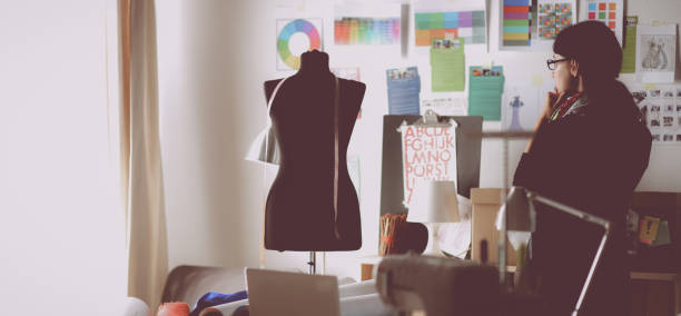 Schöner Mode-designer stehen im studio – Foto