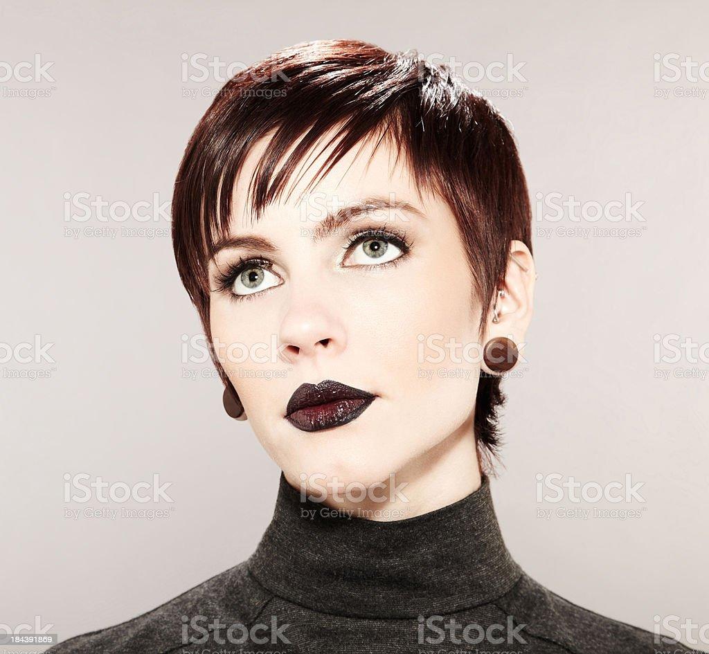 Piękne Moda Model Czarne Usta I Dramatyczne Krótkie Fryzura