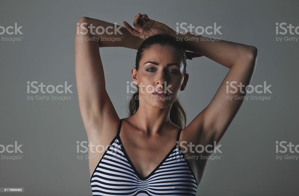 Hermosa modelo de moda en estudio bodystocking uso - foto de stock