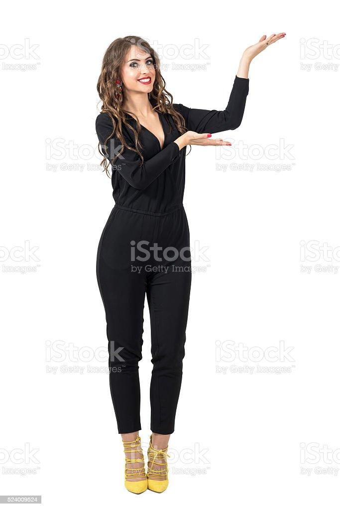Hermosa modelo de modas presentador mostrando mano con copyspace - foto de stock