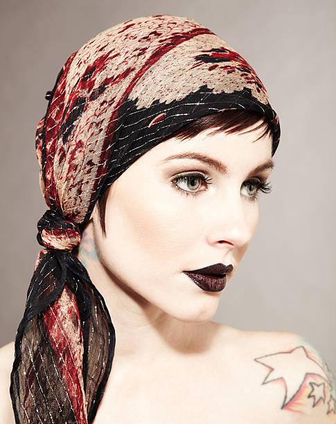 schöne mode model und trägt schwarze tätowierungen lippenstift - schal mit sternen stock-fotos und bilder