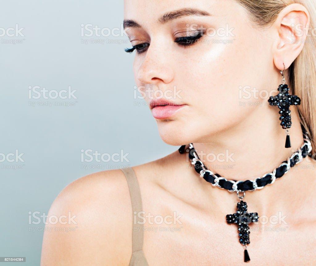 エリーのピアスやネックレスに美しいファッション モデルの女性 - 1人 ...