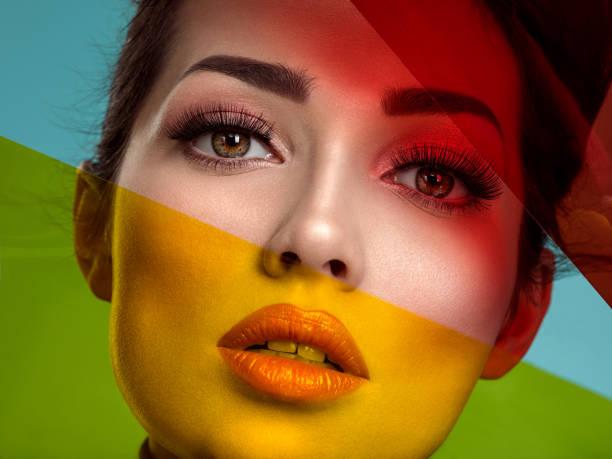Schöne Modefrau mit farbigen Gegenständen.  Attraktives weißes Mädchen mit lebendigem Korallenschminken. – Foto
