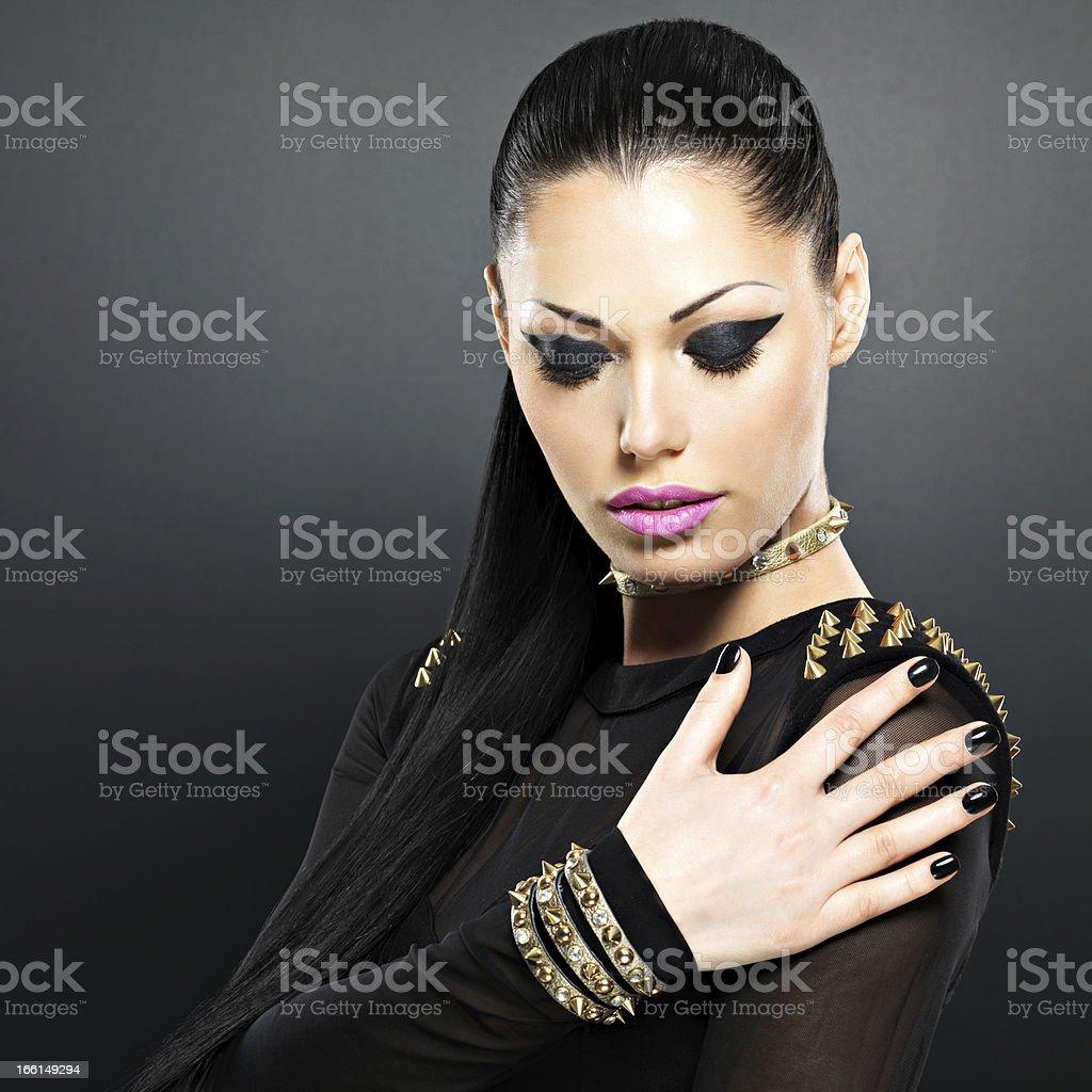 Красивые моды женщина с черным ногти и ярко сделать - Стоковые фото Браслет роялти-фри