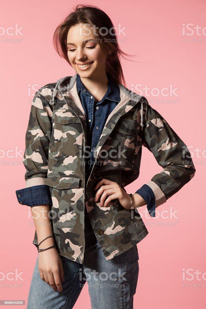 Belle Et Une Militaire Camouflage Jeans En À Mode Veste Fille La De rnRwqU1xrT