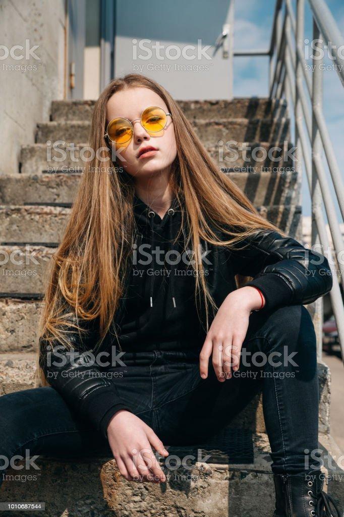 808f915b56ea81 Mooie Modieuze Jongen Meisje Met Lang Haar In Gele Zonnebril In Stad ...