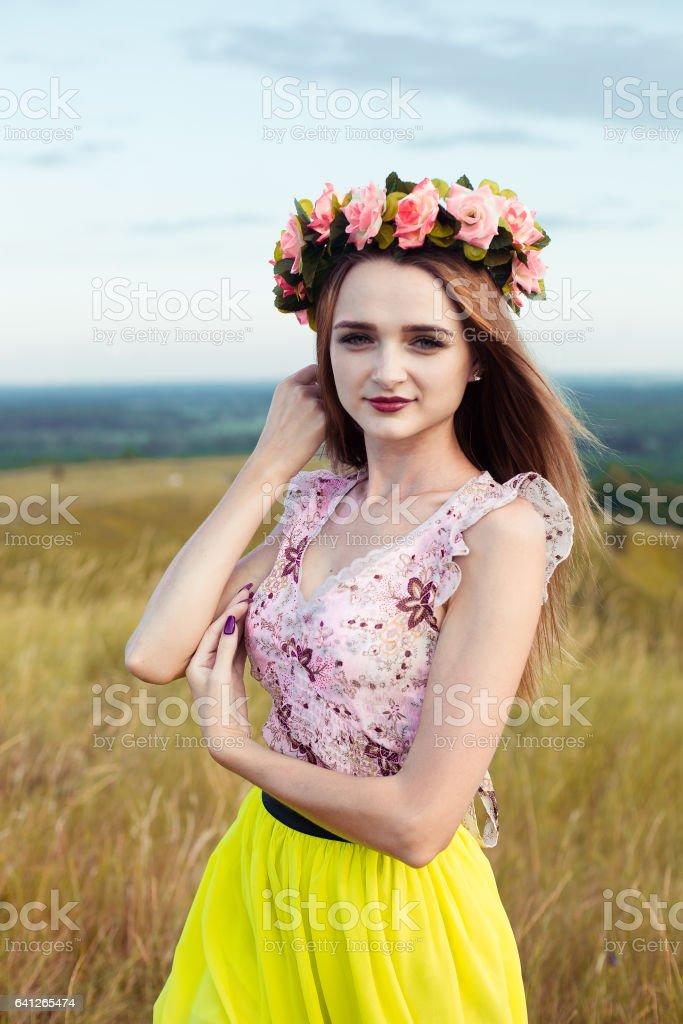 1d56dde45516 Hermosa Chica Muy Hermosa Moda En Vestido En El Campo De Flores ...