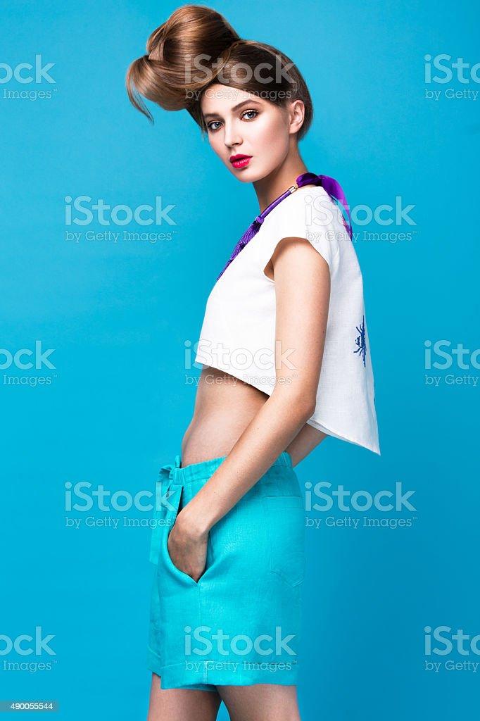 dfaadb2e900 Belle mode femme coiffure insolite dans des vêtements et lumineuse photo  libre de droits