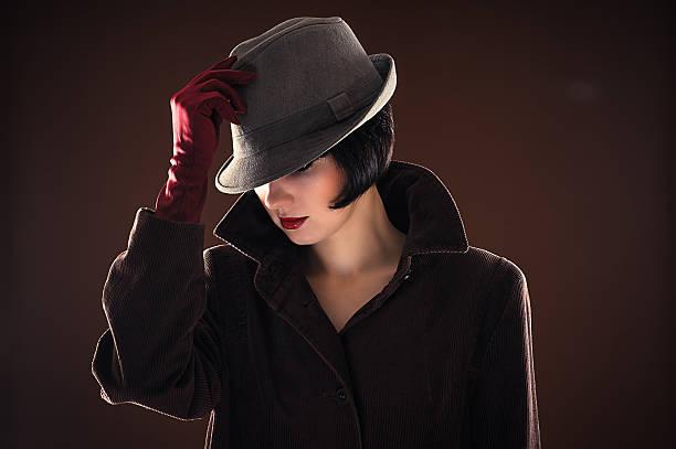 schöne modische frau detektiv - moderne 50er jahre mode stock-fotos und bilder