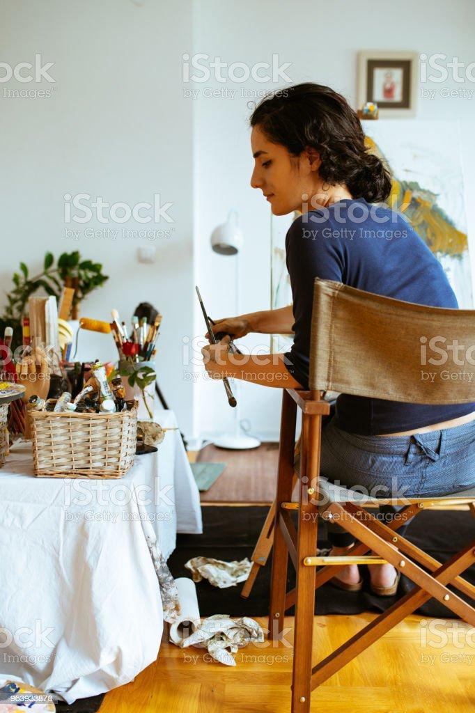 美しい女性アーティストのブラシやパレットでキャンバスの絵画 - 1人のロイヤリティフリーストックフォト