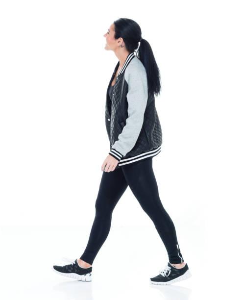 Schöne Sportlerin trägt Bomberjacke, Leggins, Sportschuhe – Foto