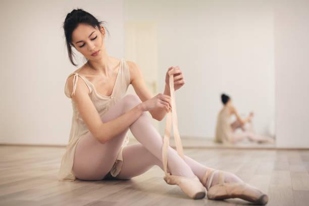 Schöne weibliche Tänzer üben – Foto