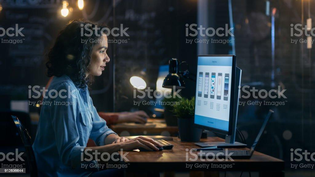 Photo Libre De Droit De Belle Femelle Codeur Travaille A Son Bureau