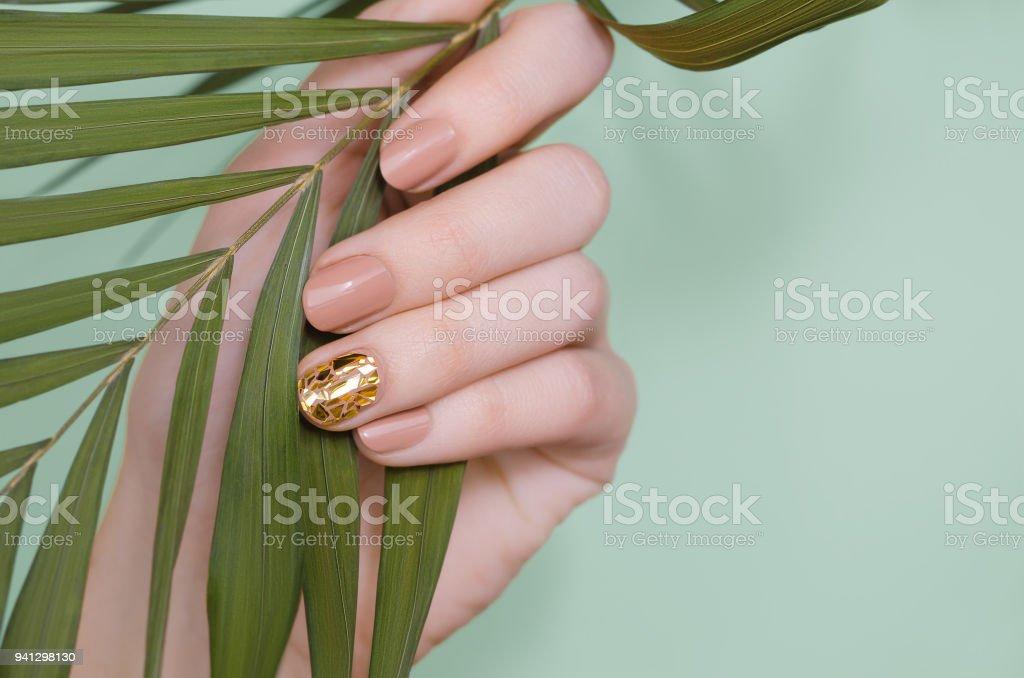 Hermosa Mujer Uñas Color Beige Mano Con Diseño Foto De Stock