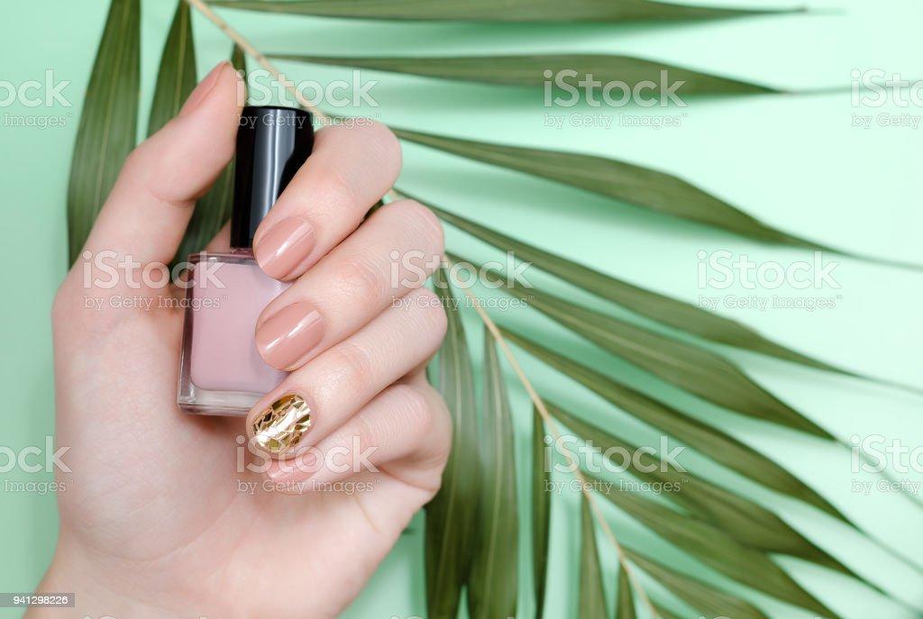 Fotografía de Hermosa Mujer Uñas Color Beige Mano Con Diseño y más ...