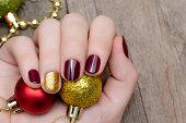 クリスマス ネイル デザインと美しい女性の手