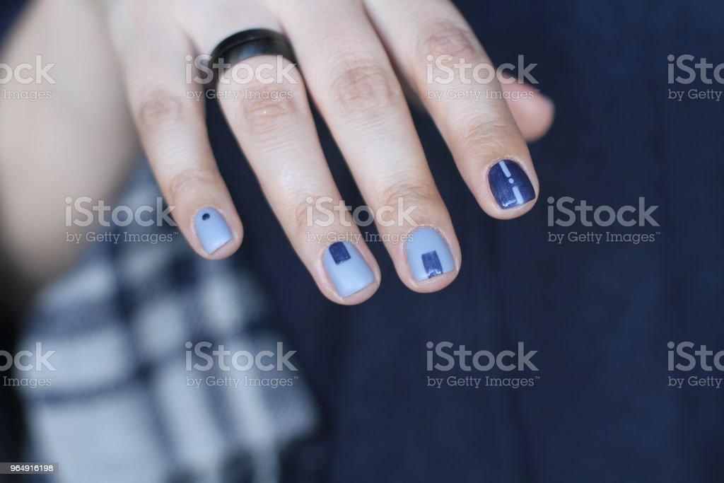 美麗的女性手與非凡的指甲。創意指甲設計藍色。超時尚的指甲油顏色。 - 免版稅上漆的圖庫照片