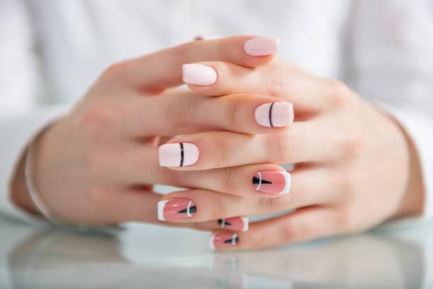 schöne weibliche hände mit einer modischen maniküre. geometrische gestaltung der nägel. foto closeup - nageldesign trend stock-fotos und bilder