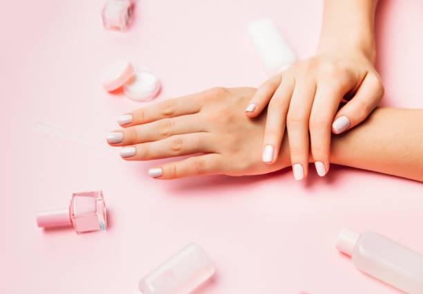 schöne weibliche hände mit trendigen stilvolle maniküre auf rosa hintergrund. - gelnägel stock-fotos und bilder